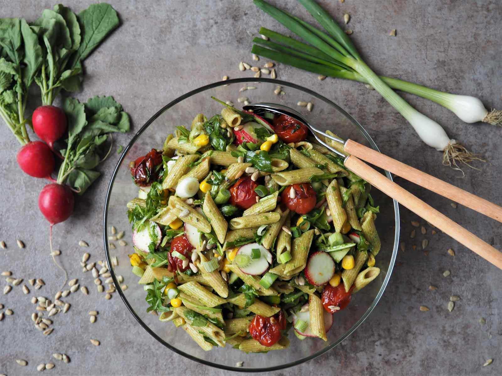 Veganer Frühlings-Nudelsalat mit Radieschenblätter-Pesto
