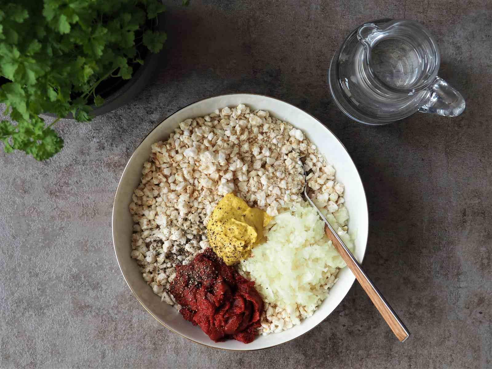 Zutaten veganer Brotaufstrich nach Mett-Art in Schüssel