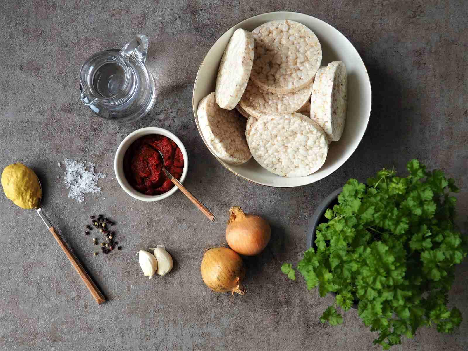 Alle Zutaten für den veganen Brotaufstrich nach Mett-Art