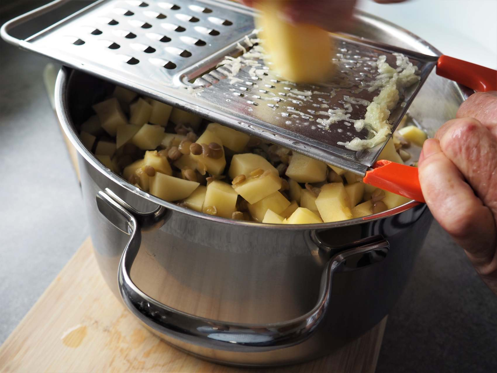 Omas veganer Linseneintopf Geheimtipp Kartoffel reiben