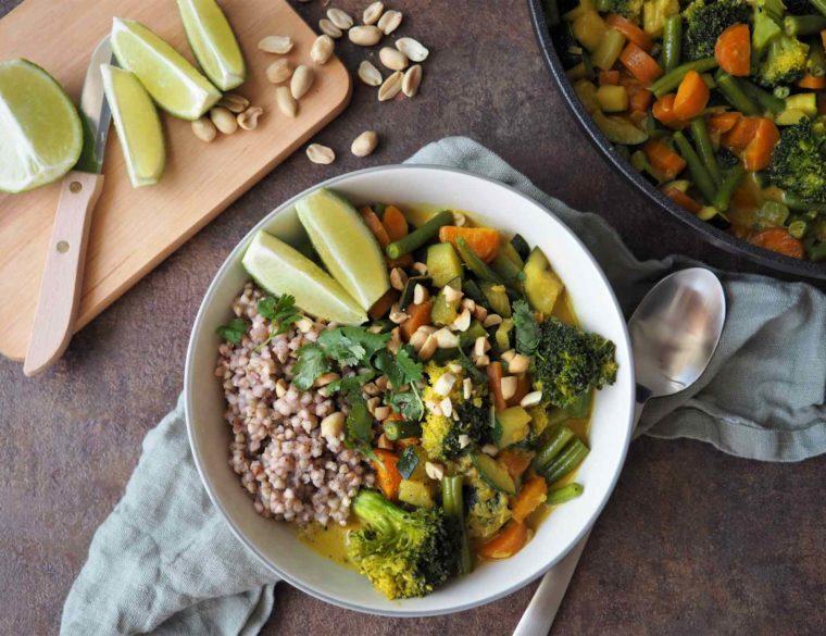 Buntes Gemüse-Curry mit Buchweizen angerichtet