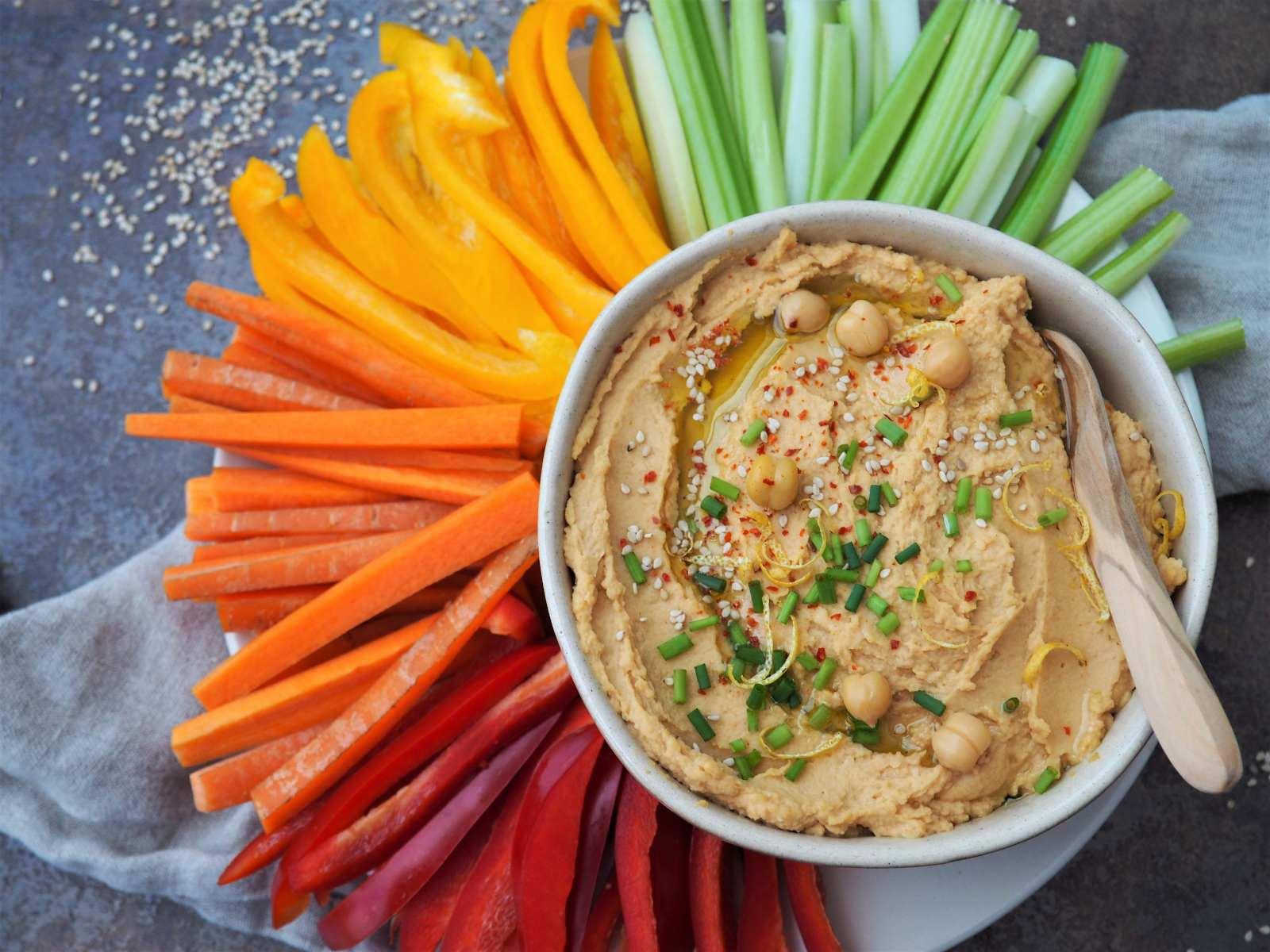 Selbstgemachter Hummus mit Rohkost