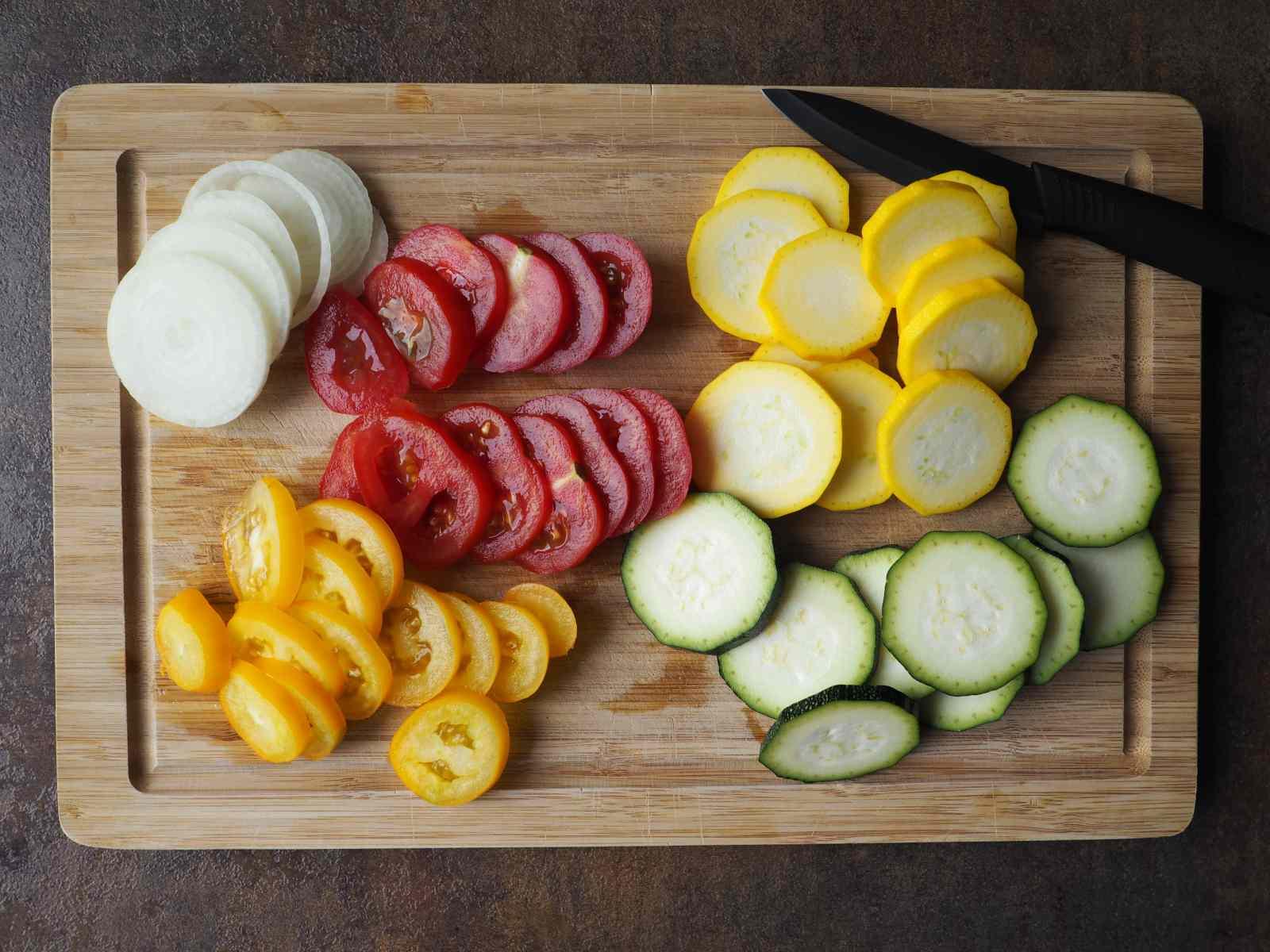 Gemüse (Tomaten, Zucchini. Zwiebel) geschnitten für die Tomaten-Zucchini-Galette