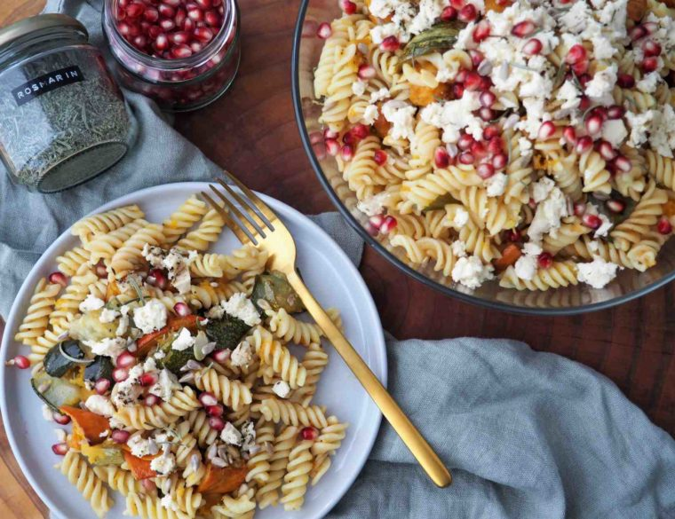 Herbstlicher veganer Kürbis-Zucchini-Nudelsalat