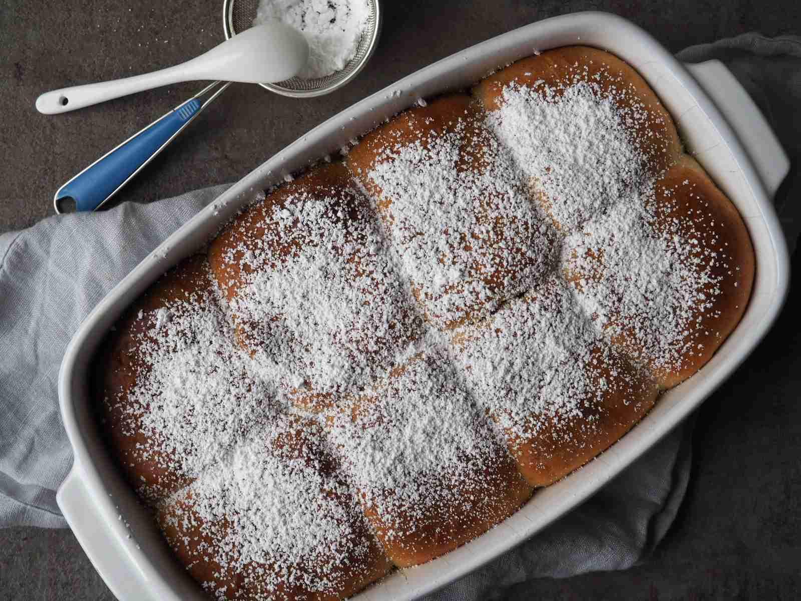 Vegane Buchteln mit Pflaumenmus-Füllung frisch aus dem Ofen in der Auflaufform