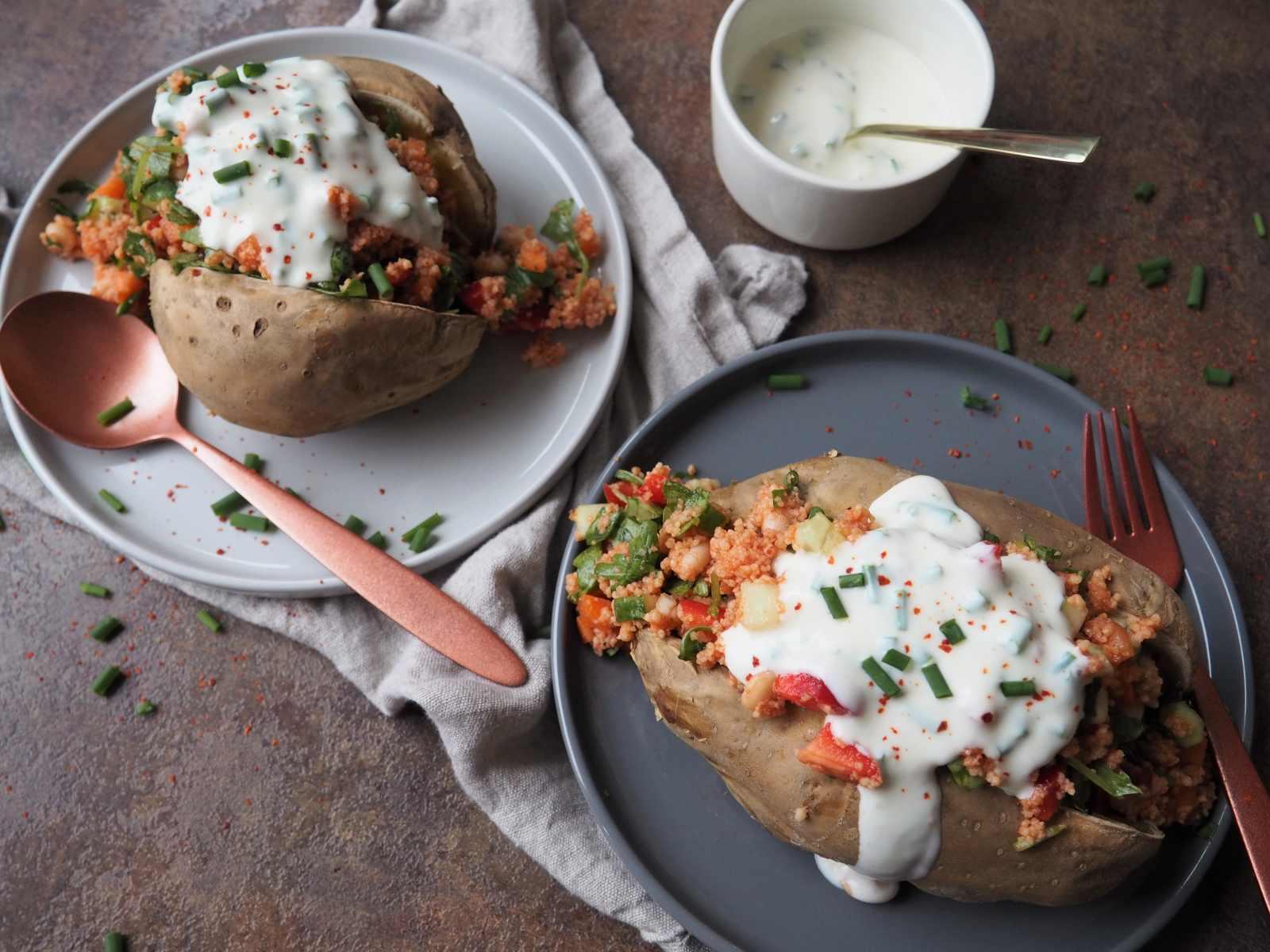 Vegane Kumpir mit Couscous-Salat und Dip angerichtet auf zwei Tellern