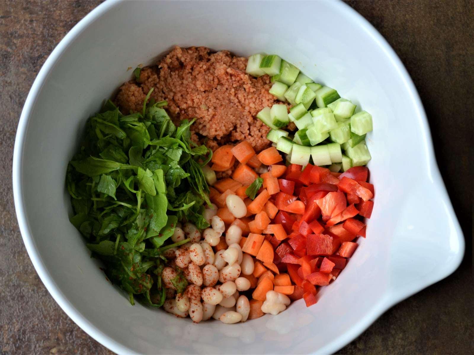 Vegane Kumpir mit Couscous-Salat und Dip Zutaten in Schüssel
