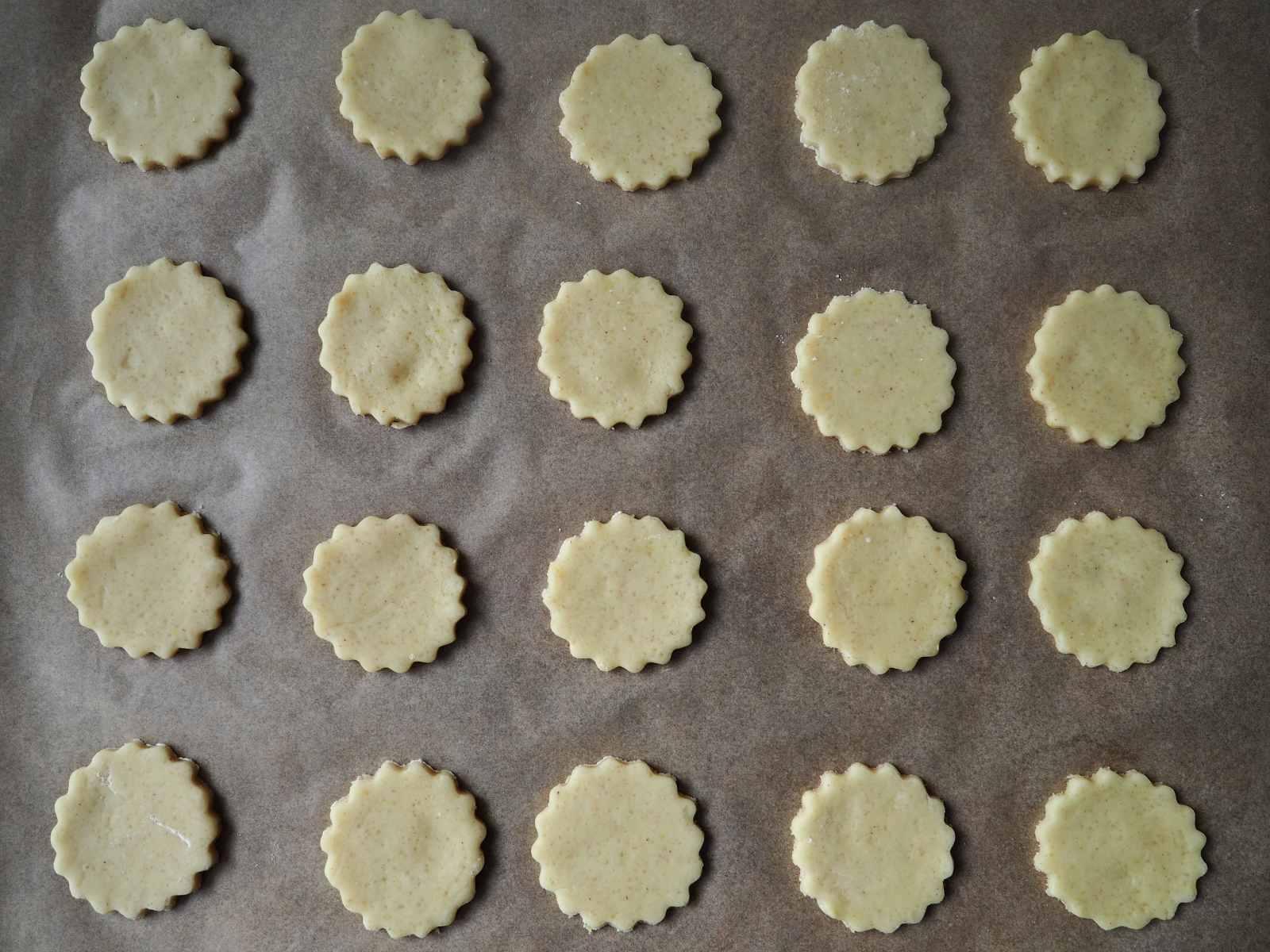 Vegane Zitronenplätzchen mit bunten Streuseln Teig auf Backblech