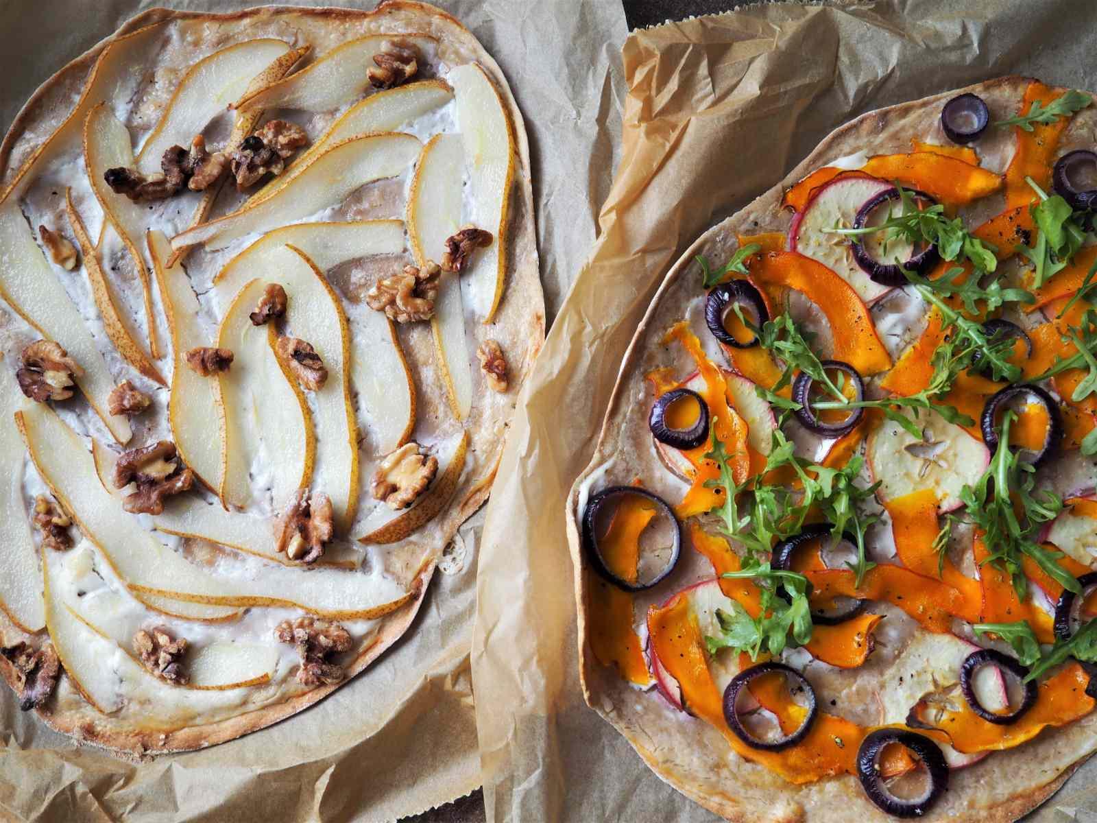 Zweierlei veganer Flammkuchen Birne und Kürbis noch nicht angeschnitten