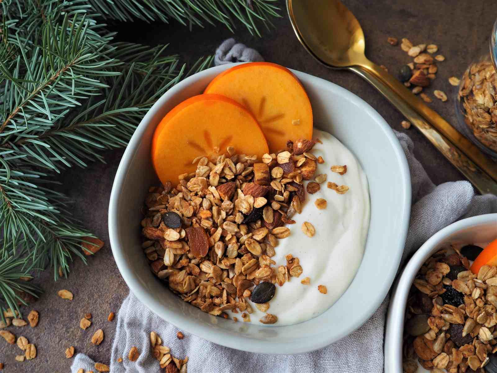 Veganes Pumpkin Pie Spice Knuspermüsli angerichtet mit veganer Vanille-Quarkalternative und Khakis