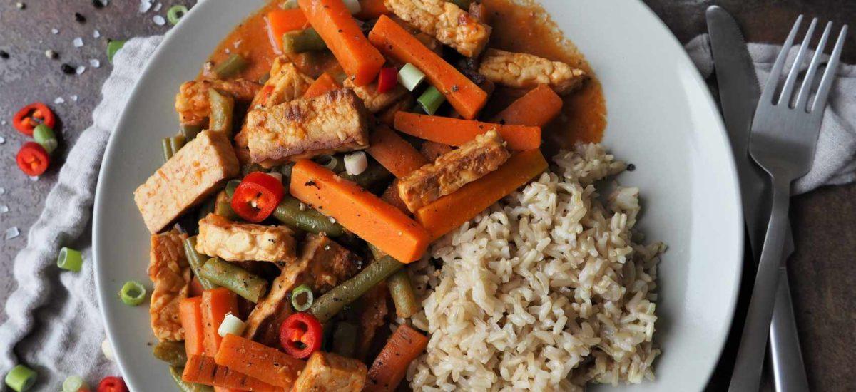 Tempeh mit Gemüse und würziger Soße