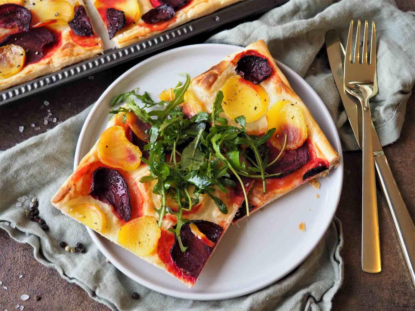 Vegane Blätterteigpizza mit Gelber und Roter Bete