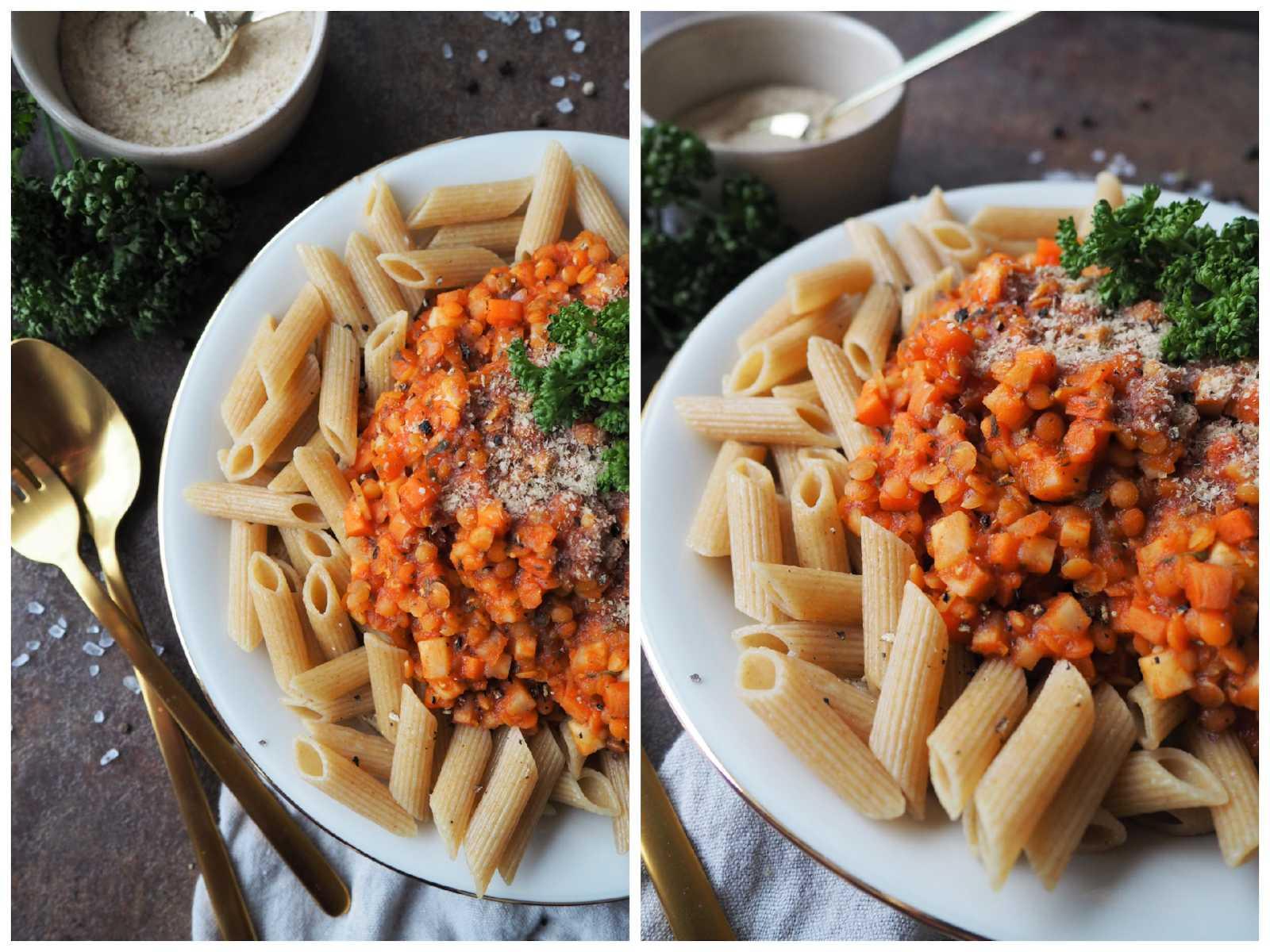 Vegane Linsenbolognese auf Vollkornnudeln mit Hefeflocken und Petersilie