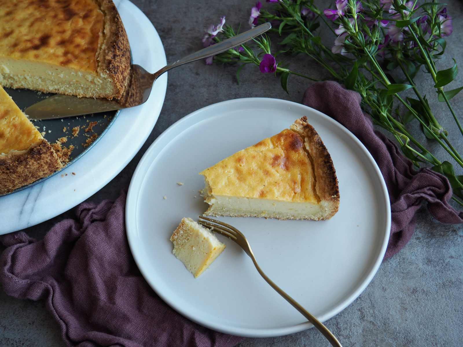 Einfacher veganer Käsekuchen Stück angerichtet auf Kuchenteller