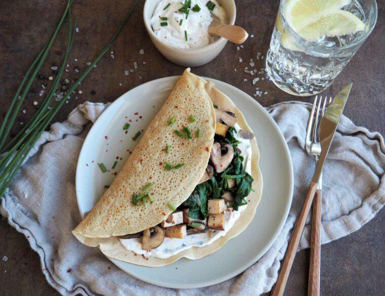 Herzhafte vegane Pfannkuchen mit Champignon-Spinat-Füllung