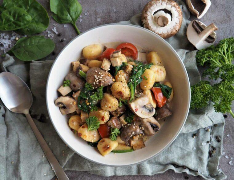 Cremige vegane Gnocchi-Pfanne mit Champignons und Spinat