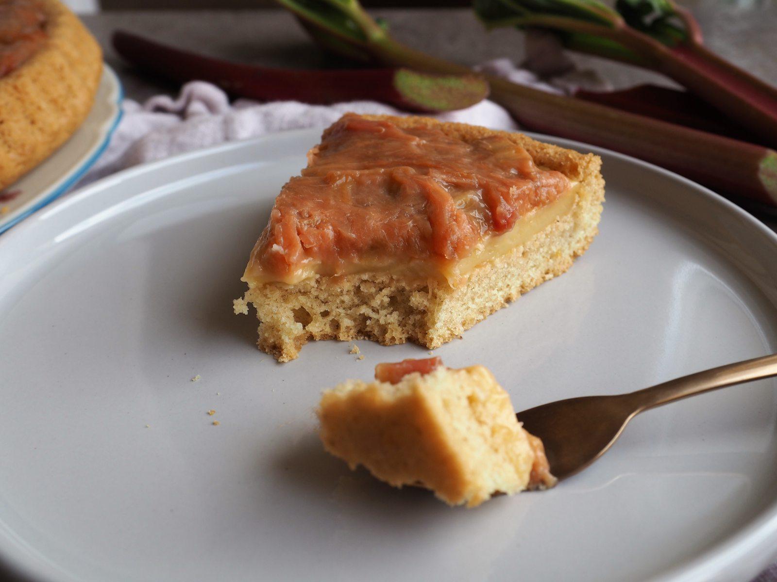 Veganer Rhabarberkuchen mit Pudding und Biskuitboden Details Anschnitt