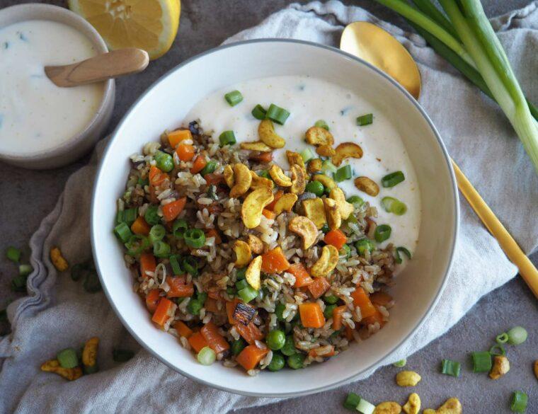Gebratener Gemüsereis mit veganem Joghurt-Dip