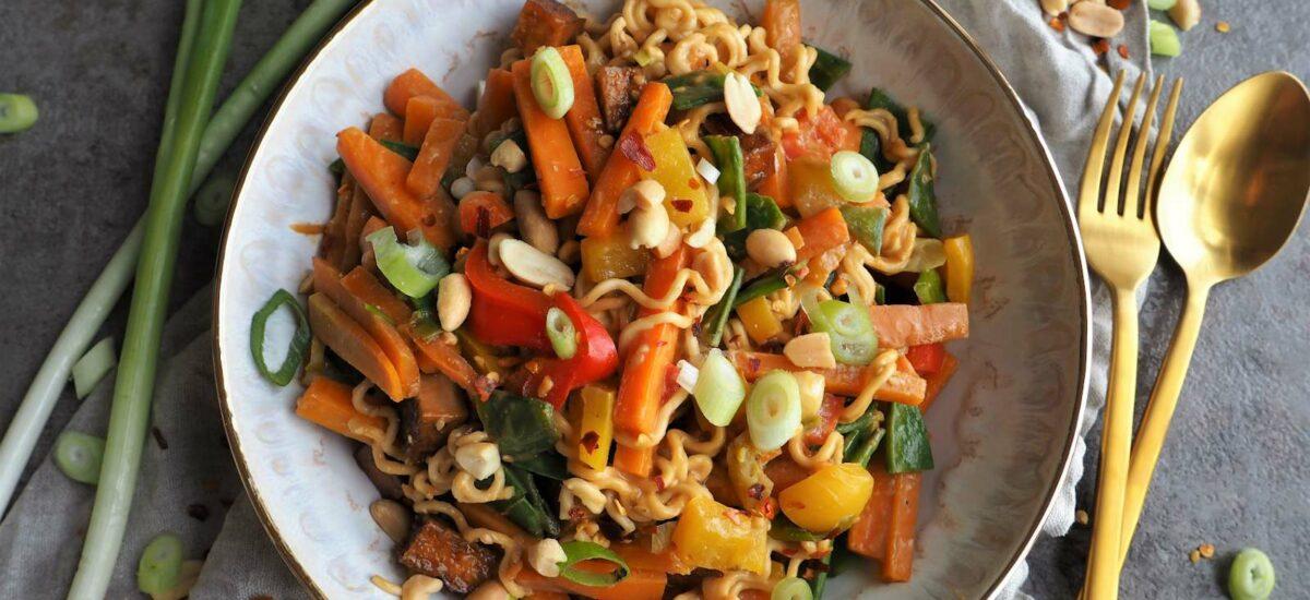 Vegane Mie-Nudeln mit Erdnusssoße und Gemüse